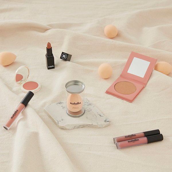 2 lipsticks + 1 Gold On Fleek + 1 éponge à maquillage offerte