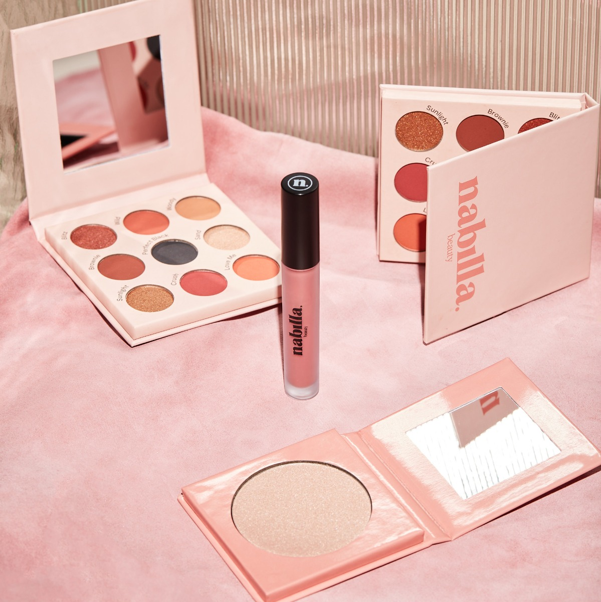 1 palette Gold Planet 02 + 1 highlighter Gold on Fleek 02 + 1 lipstick au choix